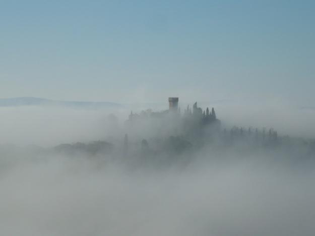 toren-in-mist-in-toscane